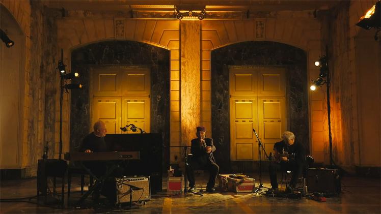 Drei Männer spielen Musik