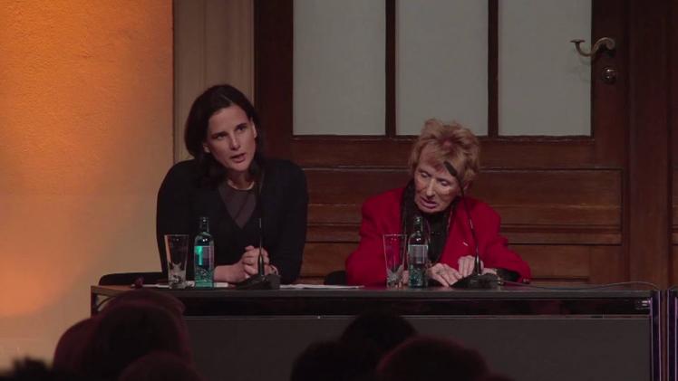 Zwei Frauen sitzen auf einem Podium: Renate Lasker-Harpprecht (rechts) und Susanne Beyer (links)