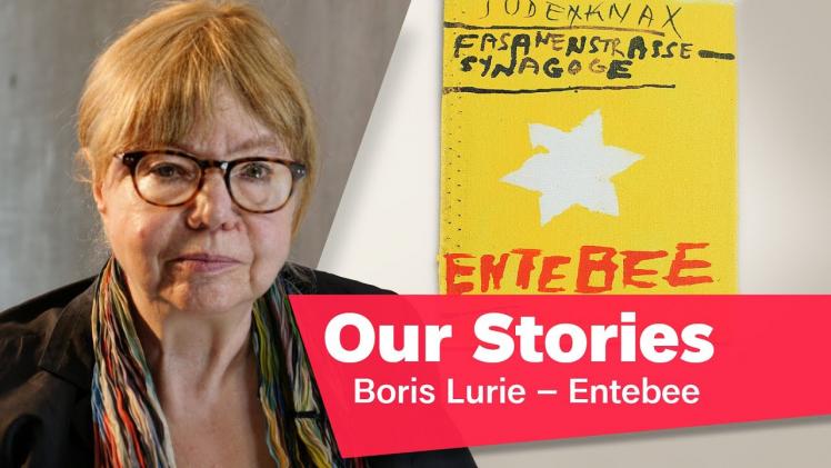 """Porträtfoto von Cilly Kugelmann, im Hintergrund ein Gemälde, rechts unten im Bild der Schriftzug """"Our Stories: Boris Lurie – Entebee"""""""