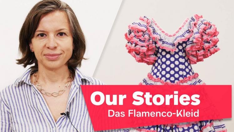 """Porträtfoto von Monika Flores, im Hintergrund ein buntes Flamenco-Kleid, rechts unten im Bild der Schriftzug """"Our Stories: Das Flamenco-Kleid"""""""
