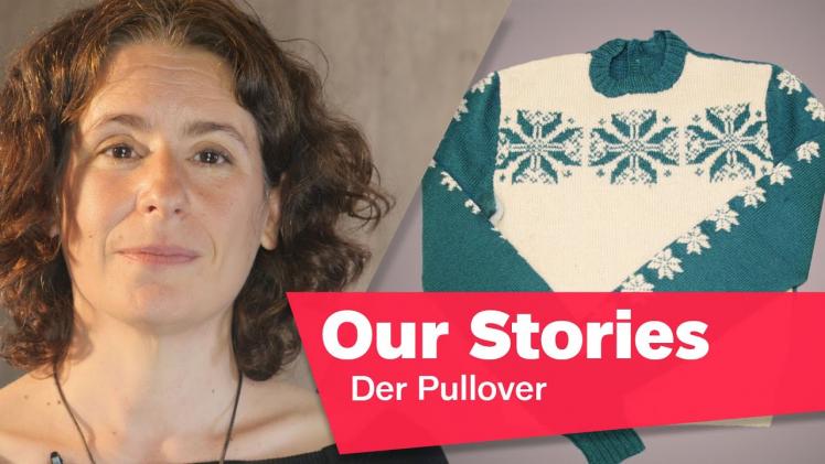 """Porträtfoto von Tamar Lewinsky, im Hintergrund ein Strickpullover, rechts unten im Bild der Schriftzug """"Our Stories: Der Pullover"""""""