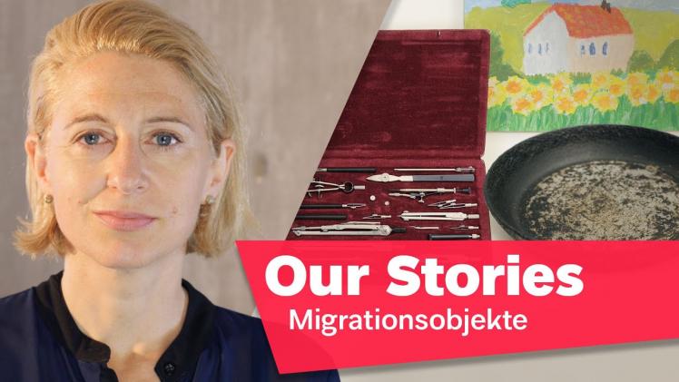 """orträtfoto von Theresia Ziehe, im Hintergrund ein Zirkelkasten, eine Pfanne und eine Kinderzeichnung, rechts unten im Bild der Schriftzug """"Our Stories: Migrationsobjekte"""""""