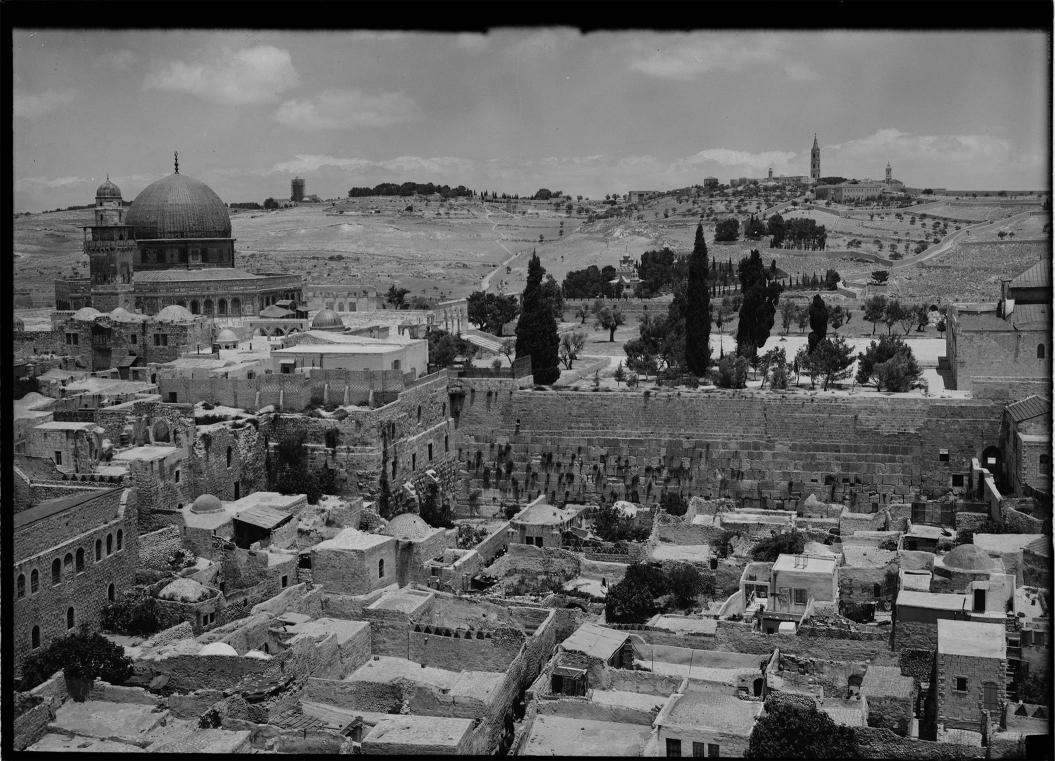 Schwarz-Weiß-Fotografie: Blick auf das ehemalige maghrebnische Viertel vor der Klagemauer in Jerusalem