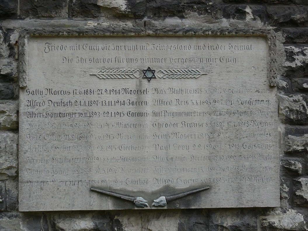 Farbfoto: Steintafel mit Davidstern, Namen und Lebensdaten