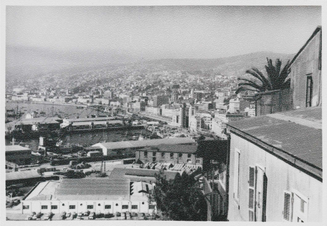 Black-and-white phograph of Valparaiso's harbour