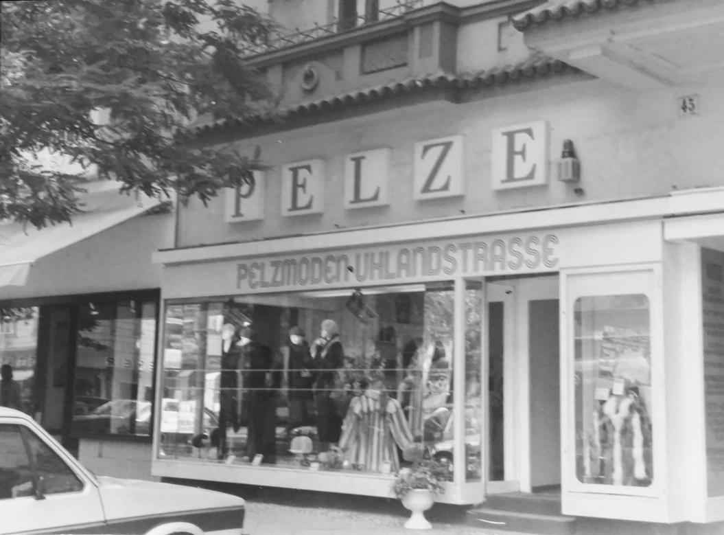 """schwarz-weiß-Foto: Ladengeschäft mit Schaufenster und Werbung """"Pelze"""""""