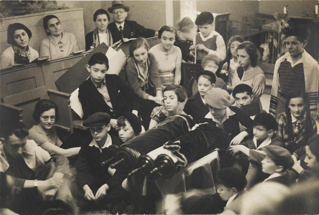 Schwarz-Weiß Foto mit Jugendlichen bei einem Festgottesdienst in einer Synagoge