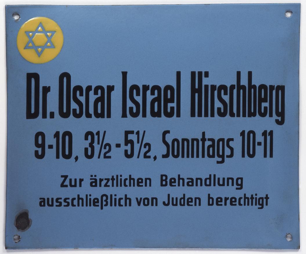 Hellblaues Praxisschild mit gelbem Davidstern von Dr. Hirschberg