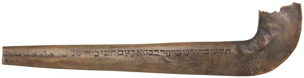 gebogenes Horn mit geschnitzten Buchstaben