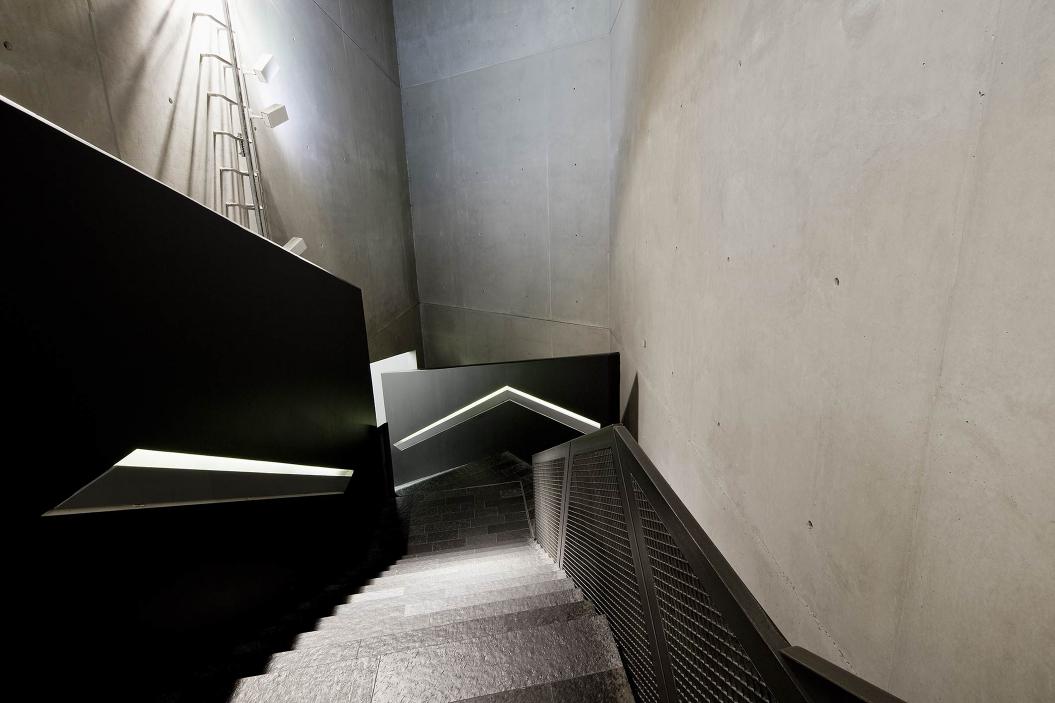 Fotografie: Blick die Treppen hinunter in die Achsen der Erinnerung