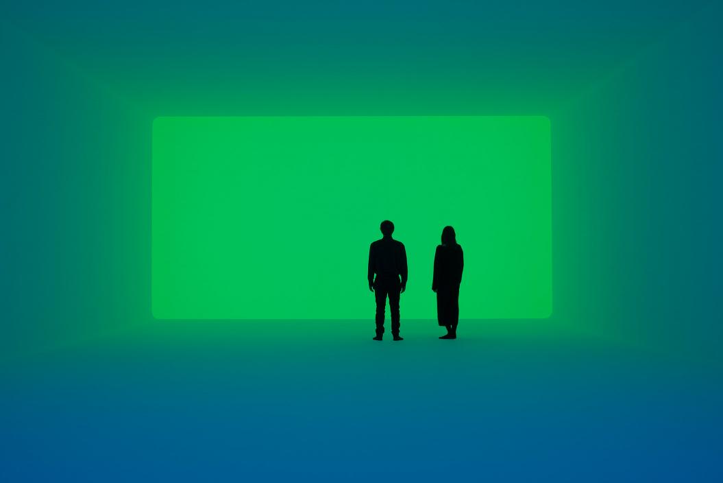Ein Mann und eine Frau stehen in einem grün erleuchteten Raum