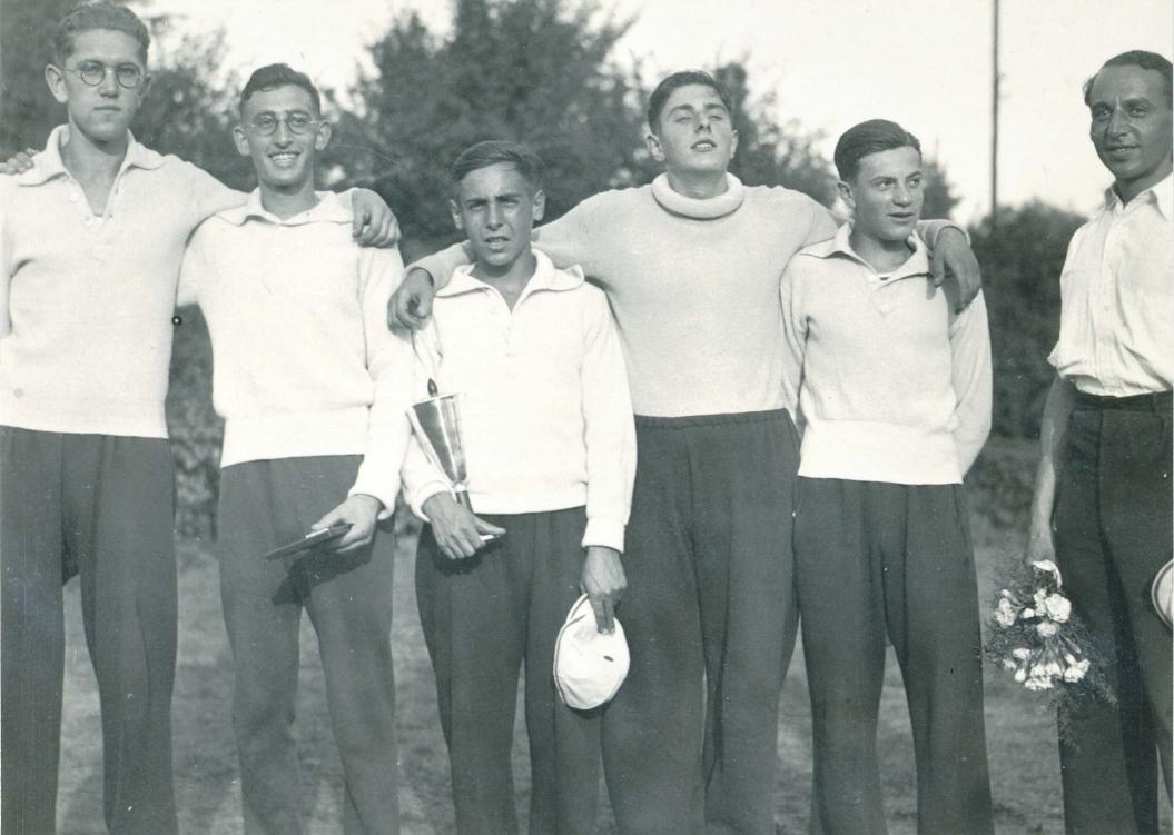 Schwarz-Foto einer Rudermannschaft mit Pokal