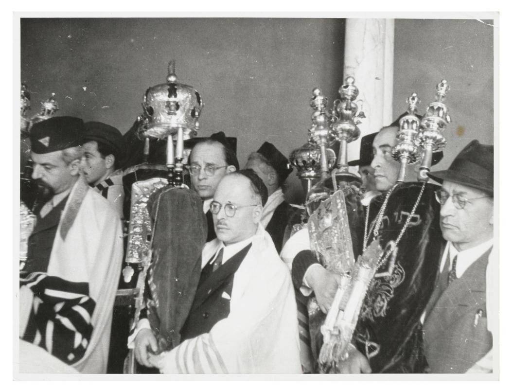 Schwarz-Weiß Foto einer Gruppe von Menschen bei der Wiedereinweihung einer Synagoge