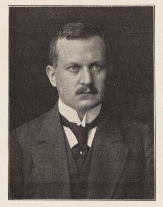 Schwarz-weiß-Foto: Mann mit Schnurrbart, im Anzug