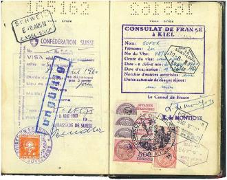 Aufgeschlagener Reisepass mit vielen bunten Stempeln, u.a. vom »Consulat de France à Kiel«