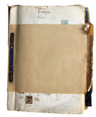 """Eine geheftete Blättersammlung, auf dem ersten Blatt sind die Überschrift """"Europa"""" und zwei Briefmarken zu erkennen"""