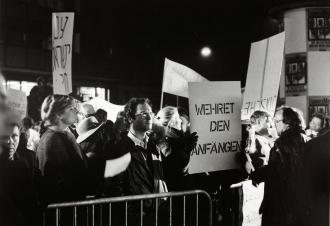 Schwarz-weiß-Fotografie von Demonstrierenden mit Plakaten »Wehret den Anfängen«