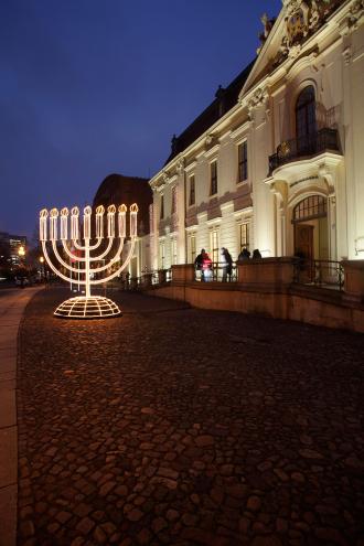 Chanukka-Leuchter vor dem Jüdischen Museum Berlin
