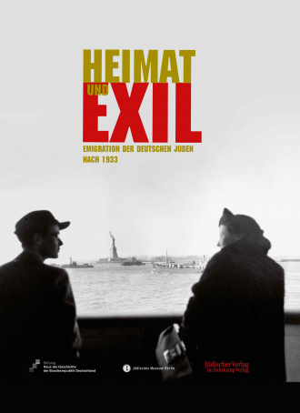 """Catalogue Cover for the Exhibition """"Heimat und Exil"""": black and white historical photograph of a man and woman in the foreground, the Statue of Liberty surrounded by boats can be seen in the distant"""