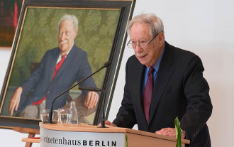 W. Michael Blumenthal in front of his portrait