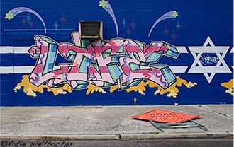 Buntes Grafitti mit dem Schriftzug »life« neben einem Davidstern