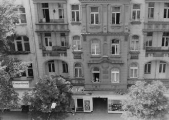 schwarz-weiß-Foto: Blick auf einen Berliner Altbau, vom Erdgeschoss bis 3. Obergeschoss