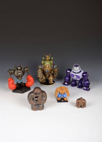 Verschiedene Actionspielfiguren und Golem-Souvenirfiguren