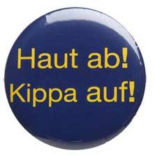 Ansteckbutton mit der Aufschrift »Haut ab! Kippa auf!«, gelbe Schrift auf blauem Hintergrund