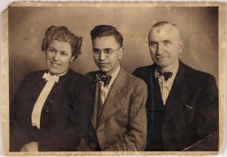 Henry Wuga mit Mutter und Vater