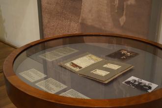 Vitrine in der Dauerausstellung, in der das Hochzeitsalbum der Familie Lustig ausgestellt wird