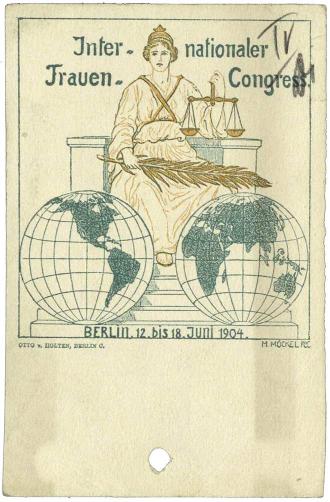 Einladungskarte mit Illustration einer gekrönten Frau mit Waage in der Hand, die über zwei Weltkugeln thront
