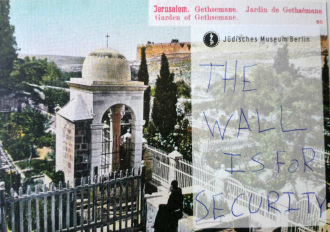 "Postkarte mit der Aufschrift ""The wall is for security"""