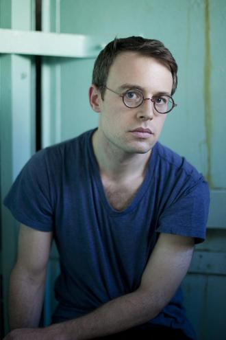 Porträtfoto eines jungen Mannes mit Brille