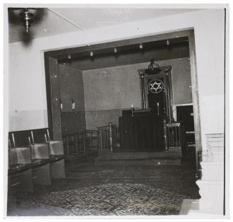 Schwarz-weiß Fotografie der Synagoge in Lehnitz