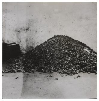 Schwarz-Weiß Foto eines Kohlenkellers