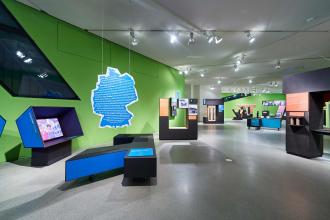 Blick in einen Ausstellungsraum mit großen hebräischen Buchstaben als Vitrinen