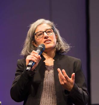 Porträtfoto von Rosa Fava mit Mikrofon in der Hand