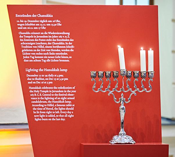 Chanukkia im Glashof des Jüdischen Museums Berlin
