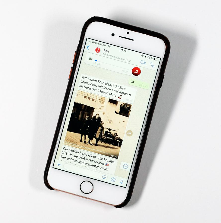 Fotografie: Blick auf ein Smartphone, auf dem ein Chatverlauf zu sehen ist