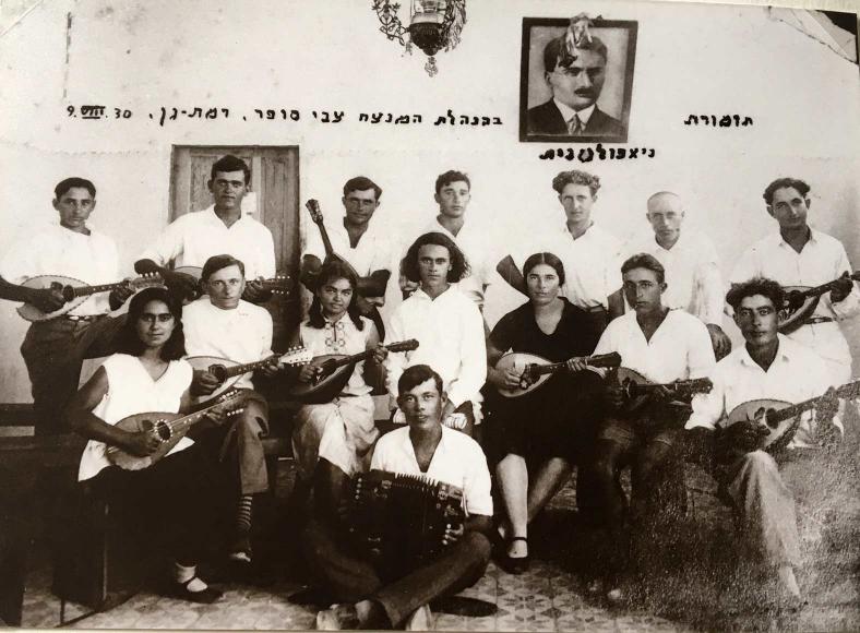 Gruppenfoto von 15 Musiker*innen mit weißen Hemden und Mandolinen
