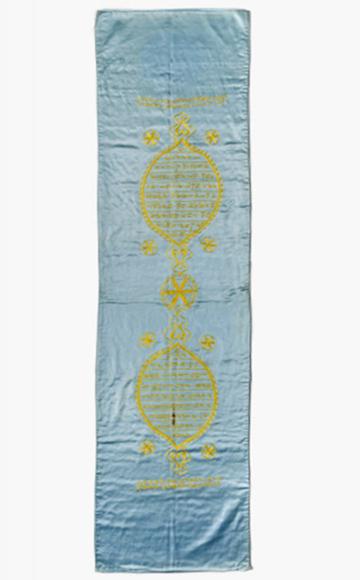 Längsrechteckiges Tuch aus hellblauer Seide mit Inschrift und Ornamenten in gelber Stickerei