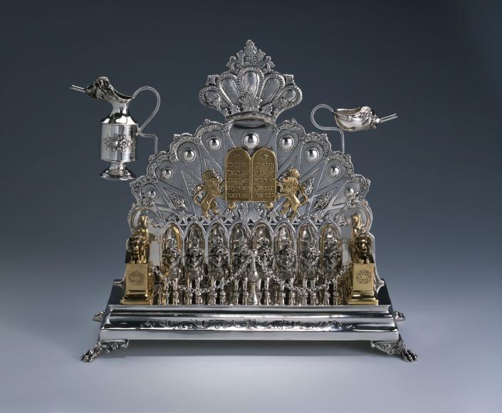 Die prächtige, aus kostbarem Silber und Gold gefertigte Chanukka-Lampe