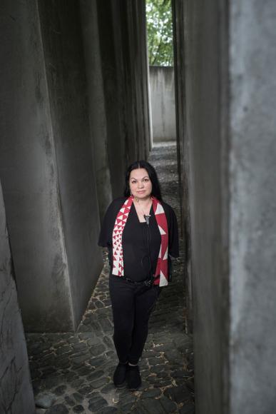 Eine Frau steht im Garten des Exils des Jüdischen Museums Berlin