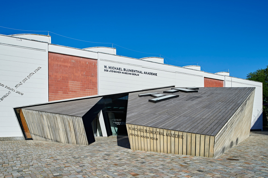 Entrada a la Academia W. Michael Blumenthal con forma cúbica y revestida de madera