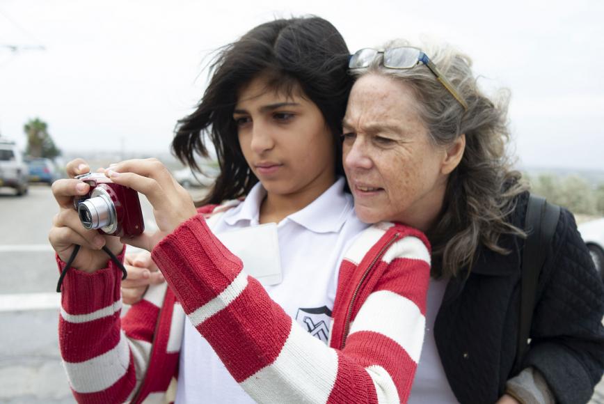 Zwei Frauen, eine der beiden Frauen hält einen Fotoapparat