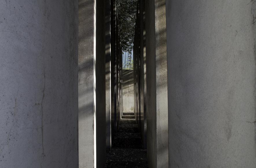 Blick durch die Stelen im <cite>Garten des Exils</cite>