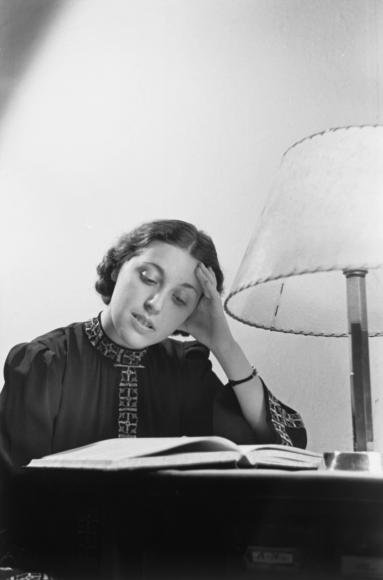 Poträt einer lesenden Frau