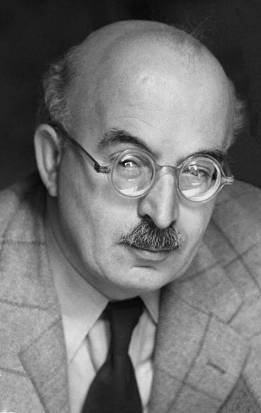 Schwarz-Weiß-Porträt von Arnold Zweig mit runder, spiegelnder Brille