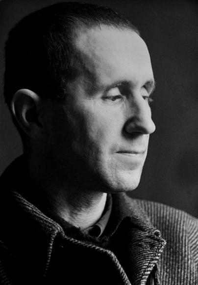 Schwarz-Weiß-Porträt von Bertolt Brecht im Profil