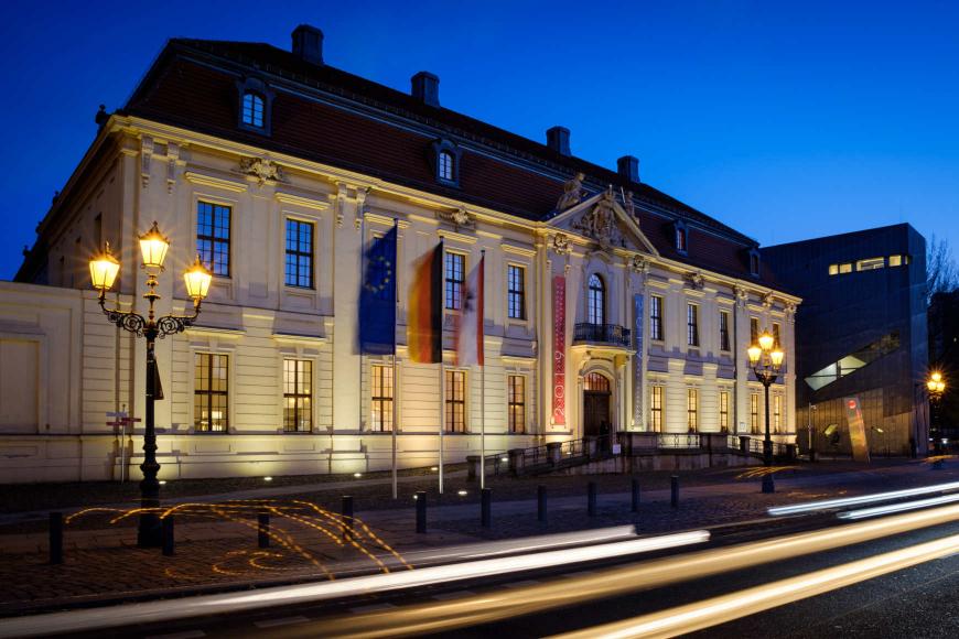 Straßenansicht des abendlich erleuchteten Jüdische Museums Berlin